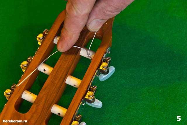 как поменять струны на классической гитаре 5