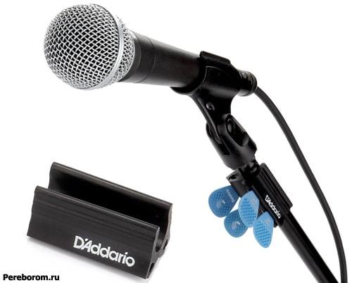 На стойке микрофона