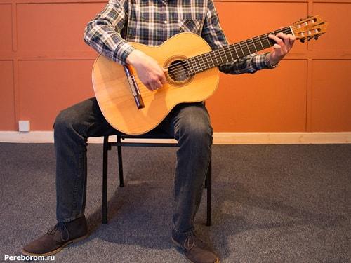 как держать гитару сидя 3