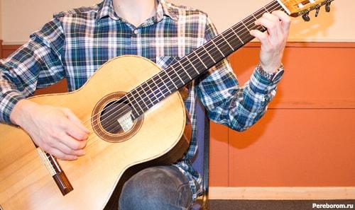 как держать гитару сидя 5
