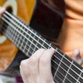 сложно играть на гитаре