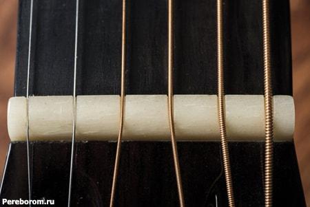 высота струн на акустической гитаре