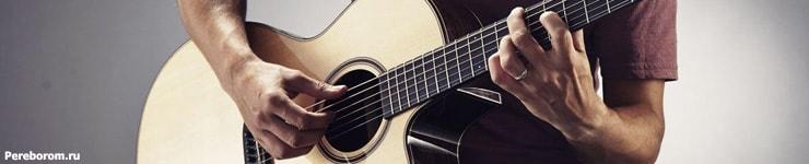 рюмка водки на столе на гитаре